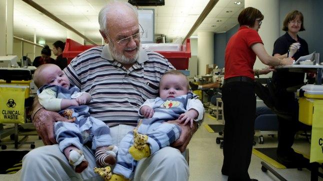 KULDSE KÄSIVARREGA MEES: James Harrison elule aidatud beebidega.