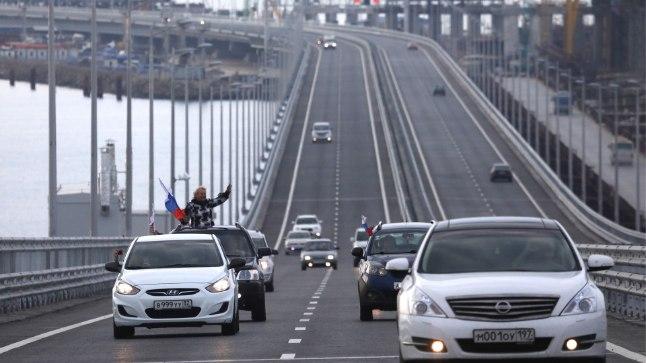 LIIKLUS ON AVATUD: Kolmapäeva hommikul avati liiklus 19kilomeetrisel sillal, mis ühendab Venemaad üle Kertši väina annekteeritud Krimmi poolsaarega.