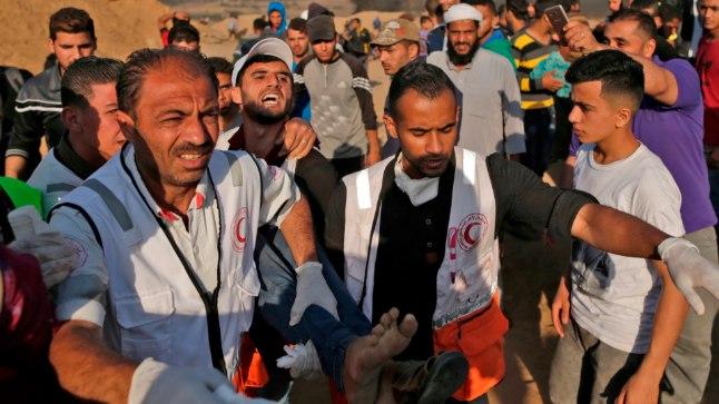 Palestiina meedikud kannavad vigastada saanud protestijat