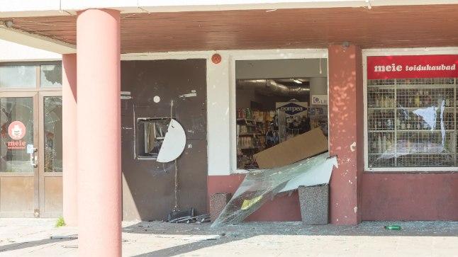 VÕIMAS PLAHVATUS: Plahvatus purustas pangaautomaadi ja poe aknad.