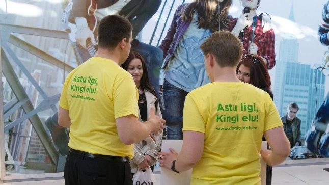 Vabatahtlikud vähiravifondi tarbeks raha kogumas. Vasakul seljaga Jüri Ratas.