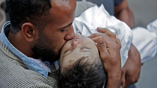 Isa koos kaheksakuuse tütre Leila al-Ghandouri surnukehaga.