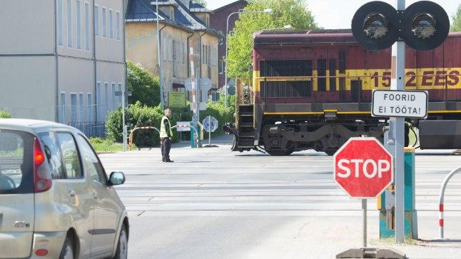 TÕKKEPUUD PÜSTI JA FOORID PIMEDAD: Vähemalt mõned päevad tuleb Tartu autojuhtidel fooritulede asemel jälgida reguleerija liigutusi.