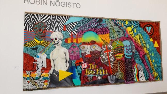 """NAGU MUUSIKAVIDEO: Noore kunstniku Robin Nõgisto maalidest paistab välja, et ta tegeleb ka rokkmuusika ja filmindusega. Tema eesmärk on muuta staatilised maalid liikuvateks piltideks. Neli ja pool meetrit lai """"Bio tunne"""" sai Robini sõnul alguse vaikusest, kus pinin kõrvus kasvas nii valjuks, et puges justkui tema naha alla luudesse. Hind 3480 eurot."""