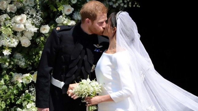 SUUDLUSEGA PITSEERITUD: Anglikaani kiriku laulatusel pole pruutpaaril kombeks suudelda. Värsked abikaasad Meghan ja Harry rõõmustasid oma poolehoidjaid kauaoodatud musiga juba kabelitrepil, pannes rahva vaimustusest huilgama.