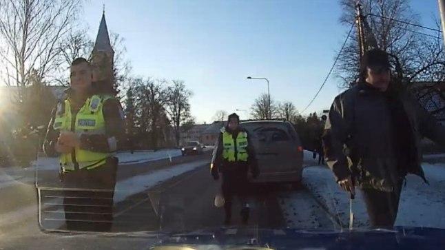LÄHME MENETLEMA: Jalavaev ja -valu – hädiselt liikuv Sander oli sunnitud lõpuks turvavöö avama ja end patrullauto tagaistmele lohistama.