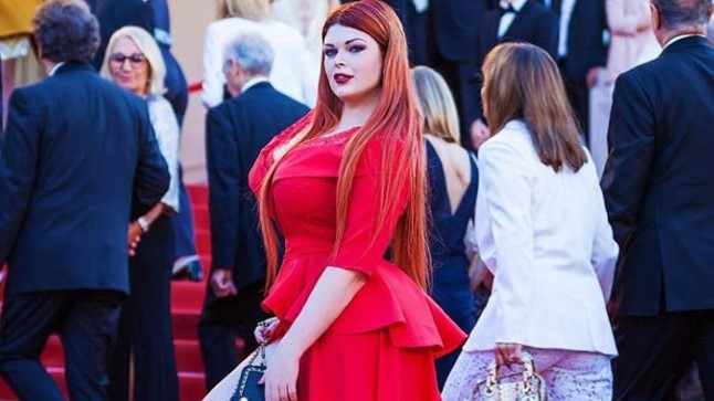 ON ALLES APSAKAS: Vene pluss-suuruses modell paljastas punasel vaibal kannikad