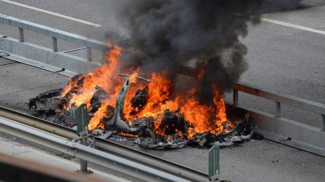 Tesla elektriauto põleng pärast avariid Šveitsi maanteel 10. mail.