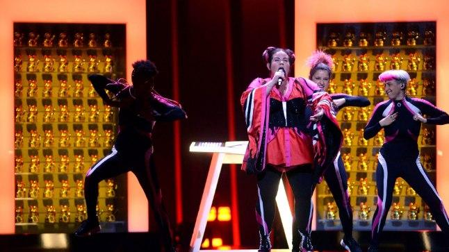 EBAMUSIKAALNE: Tänavune Eurovisioni võitja Netta koos taustatantsijatega. Sellise pala võit näitab ühiskonna madalust, arvab Jüri Lina.
