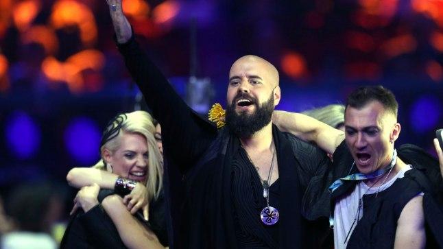 Mladen Lukić keskel