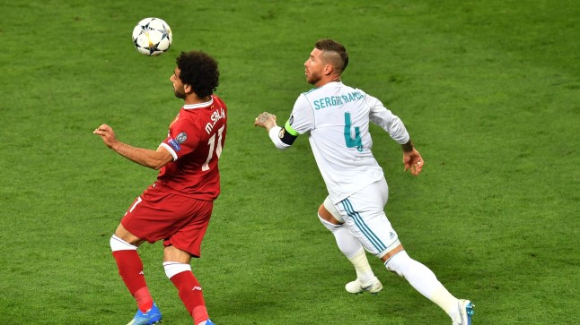 Sergio Ramos (valges) võitlemas Mo Salah'ga.