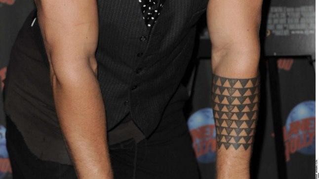 Näitleja Jason Momoa (Conan, Aquaman, khaal Drogo) vasaku käsivarre ümber lookleb kolmnurkadest koosnev muster.