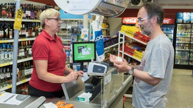 MAAKOHAS VAJALIK: Rebase A ja O kaupluse kassapidaja Valve (vasakul) sõnul läheb sularaha poest saamise võimalust maainimesele ikka vaja.