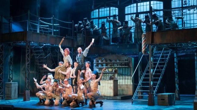 PIRUKAMEISTRID: Libad kaovad kui nõiaväel, kui need pirukasisuks vormistada. Tulevaste pirukatäidiste õlul võidutsevad Nellie Lovett (Maria Annus) ja Sweeney Todd (Rasmus Kull).