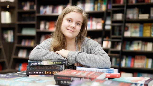 KIIDAB VALIKUT: 16aastane Johanna Henriksson peab ingliskeelse kirjanduse valikut Eesti raamatukauplustes heaks. Raamatuid valib ta lugemiseks nii sõprade soovituste põhjal kui ka raamatupoes teoseid lehitsedes.