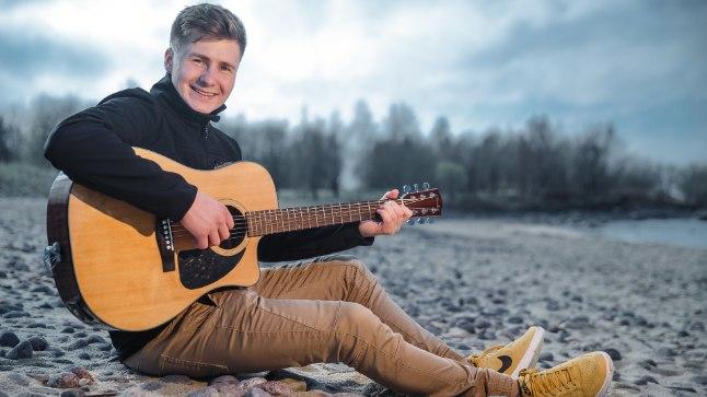 IMPROVISEERIJA: Uudo Sepale meeldib laulda sellest, mida ta näeb. Vahel võtab kitarri kätte, mõtleb käigu pealt sõnad ja laulab sellest, mis esimesena pähe tuleb.