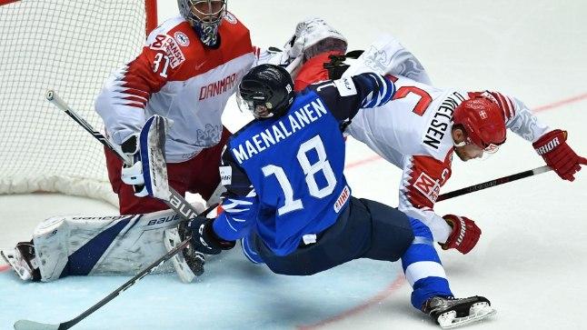 Soome koondislane Saku Mänalanen (18) üritab Taani kaitset üle mängida.