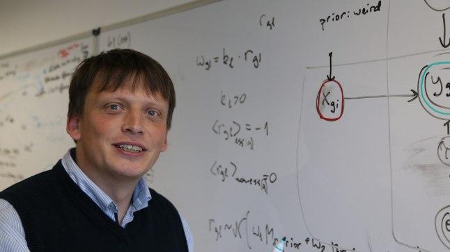 TÖÖKESKKONNAS: Andmeteaduse taustaga geeniteadlasena veedab Leopold Parts palju töötunde tahvlil arvutusi tehes.