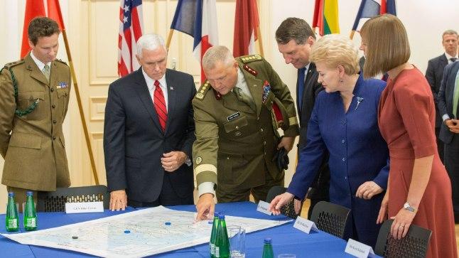MITU PEAD ON MITU PEAD: USA asepresident Mike Pence (punase lipsuga) külastas Eesti Kaitseväe peastaapi, kus kohtus lisaks mundrikandjatele ka Läti, Leedu ja Eesti presidentidega.