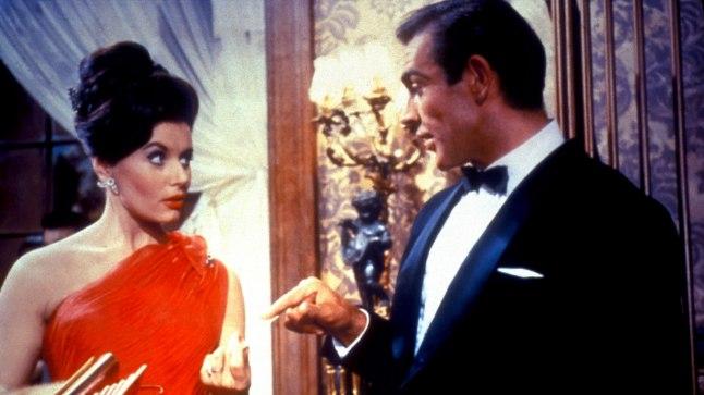 """Eunice Gayson ja Sean Connery esimeses Bondi-filmis """"Dr No"""" (1962)."""