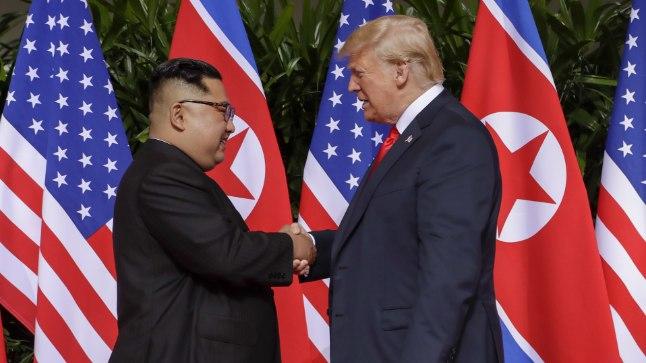 13 SEKUNDIT: Just nii kaua kestis Donald Trumpi (paremal) ja Kim Jong-uni esimene käepigistus.