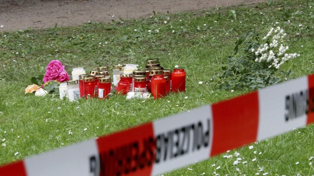 Leinajad tõid 15aastase tüdruku mõrvapaika lilli