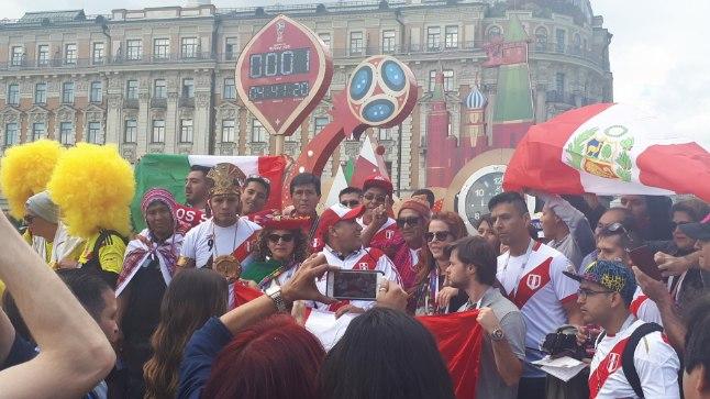 TUURID ÜLES: Moskvas Maneeži väljakul loeb kell viimaseid MMi alguseni jäänud tunde, minuteid ja sekundeid. Meeleolu loomise eest hoolitsesid eile eelkõige lõunaameeriklased.