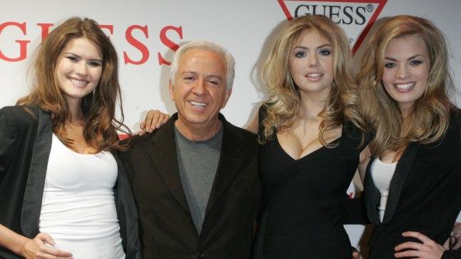 Paul Marciano ja modellid Guessi moešõul 2011. aastal.  Kate Upton on vanahärra vasakul käel.