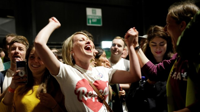 Abordiparagrahvi tühistamise pooldajad tähistavad pärast häälte kokkulugemist