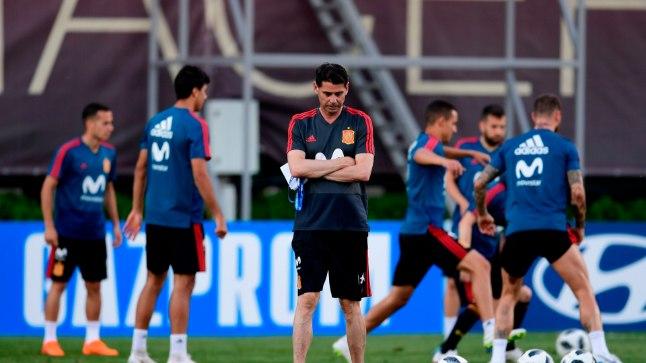 Hispaania vastne peatreener Fernando Hierro (keskel) on mõtlik. Põhjusega, sest ta nimetati meeskonna etteotsa alles eile.