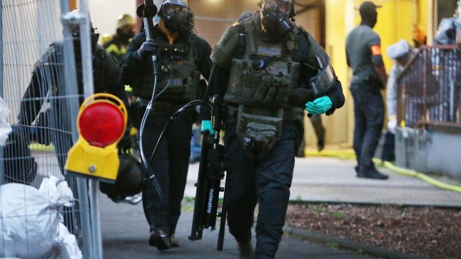 ÜLIOHTLIK: Kaitseülikondades politseiuurijad lahkuvad Kölnis tuneeslase Saifallah H. korterist, kus ta valmistas ohtliku mürgina tuntud ritsiini.