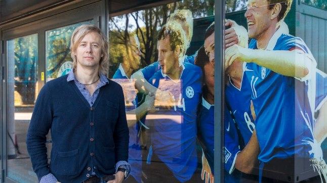 Jalgpalliajakirjanik Andres Must eristub paljudest oma kolleegidest selle poolest, et teda huvitab ka see, mis toimub jalgpalli telgitagustes. Oma Kuku raadio jalgpallisaates püüab ta avada MM-i turniiri laiemat tausta