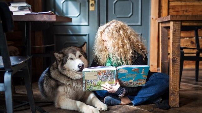 Maarja Tali ja tema teraapiakoer Susi koos raamatut lugemas. T