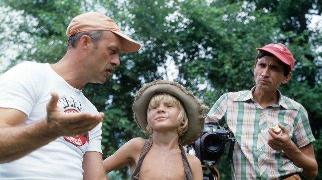 """Govruhhin (vasakul) juhendamas noori näitlejaid filmis """"Tom Sawyeri ja Huckleberry Finni seiklused"""" (1981)."""
