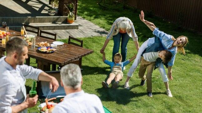 VASTASTIKUNE RÕÕM: Noorel perel võib naise või mehe vanematega koos elamisest olla palju abi, sest vanavanemad aitavad lastega tegeleda ning söögitegemist ja muid kodutöid saab omavahel jagada. Eakatel on samas noortest seltsi ja rõõmu. Igaühele selline kambakesi kooselamine siiski ei sobi.
