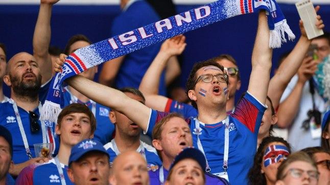 Islandi fännid meeskonnale kaasa elamas.