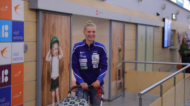 Katrina Lehise siiras emotsioon, kui ta nägi inimesi, kes teda keskööl Tallinna lennujaamas lilledega ootasid.