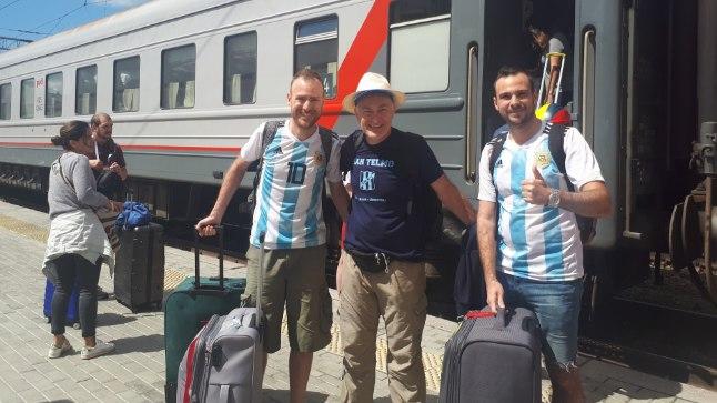 Argentiina fänn Patricio (keskel) tuli MMile koos poegadega.