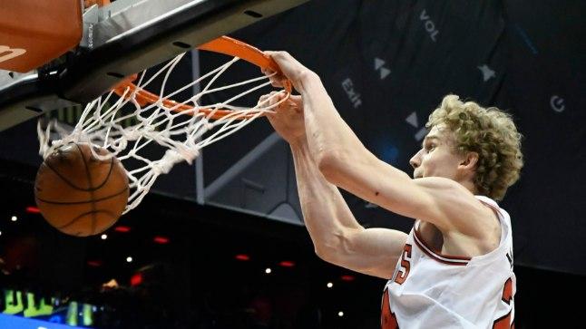 Lauri Markkanen Chicago Bullsi eest palli korvi surumas.