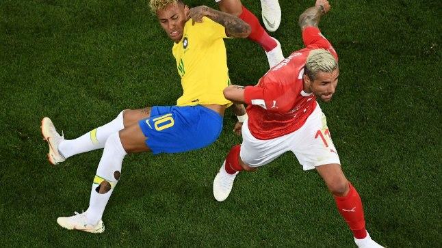 Valon Behrami (punases) pani avavoorus brasiillaste staari Neymari korduvalt pikali. Nii lubatud kui ka keelatud võtetega.