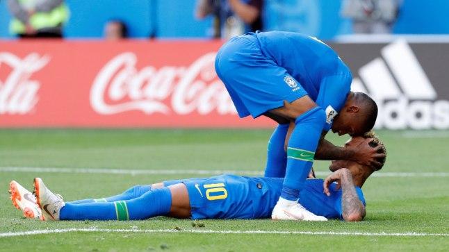 Neymar (lamav) ja Douglas Costa rõõmustamas raske võidu üle.
