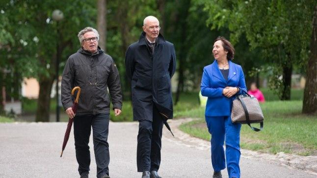 KOHTUMINE TOOMEMÄEL: Külalised saabuvad president Kersti Kaljulaidi pidulikule õhtusöögile.