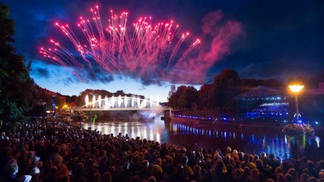 MUUSIKA; TULEVÄRK JA PRESIDENDID: Üliõpilaste laulu- ja tantsupidu avati Tartus suurejoonelise vaatemängu ning seitsme presidendiga.
