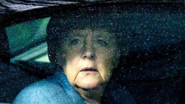 ÜKSI JA MURES: Saksamaa valitsust 13. aastat juhtiv Angela Merkel (63, pildil) tunneb end nii kodumaal kui ka Euroopa Liidus järjest üksildasemana. Saksamaal valitsev poliitiline kriis on vähendanud Merkeli sõna kaalukust ning tal on raske partnerriikide juhtidega kokkuleppele jõuda.