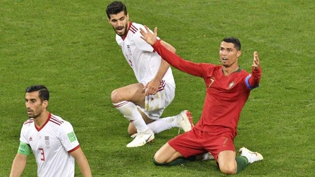 Cristiano Ronaldo (punases) jäi esialgu Iraani trahvikasti käsi laiutama, kuid sai videokohtuniku abil ikkagi penalti kätte.