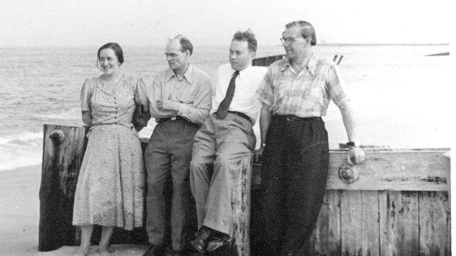 AMEERIKA SUVE NAUTIMAS: Silvia Narma ja Henrik Visnapuu 1950. aastal New Jerseys Lakewoodi lähistel. Paremal ajakirjanik Evald Roosaare ja kirjanik Pedro Krusten.