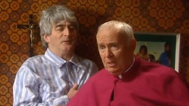 Dermot Morgan (vasakul) isa Tedina ja Jim Norton piiskop Brennanina.