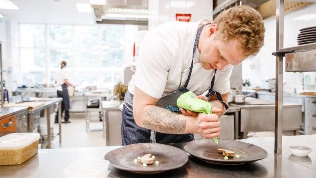 """""""Point on selles, et sa reaalselt näed, kuidas töö käib,"""" ütleb Rannahotelli restorani peakokk Herkki Ruubel."""