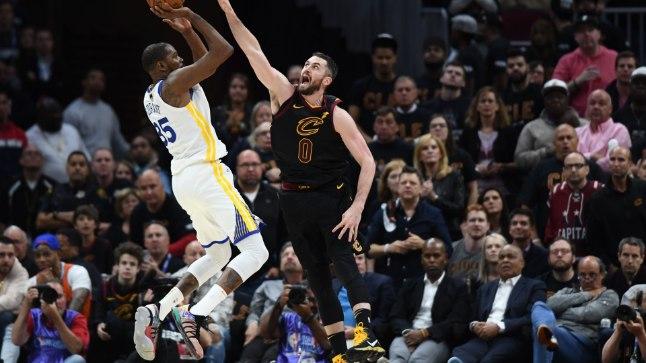 Kevin Durant (vasakul) vedas Warriorsi kolmanda mängu võiduni.