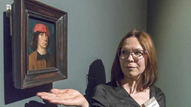 NOORMEES PUNASE MÜTSIGA: Näituse kuraator Greta Koppel näitab maali, mis on võimalik Michel Sittowi autoportree, mille koduks on Detroiti Kunstiinstituut.